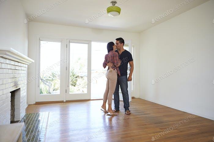 Romantisches Paar in neue Heimat auf Umzug Tag