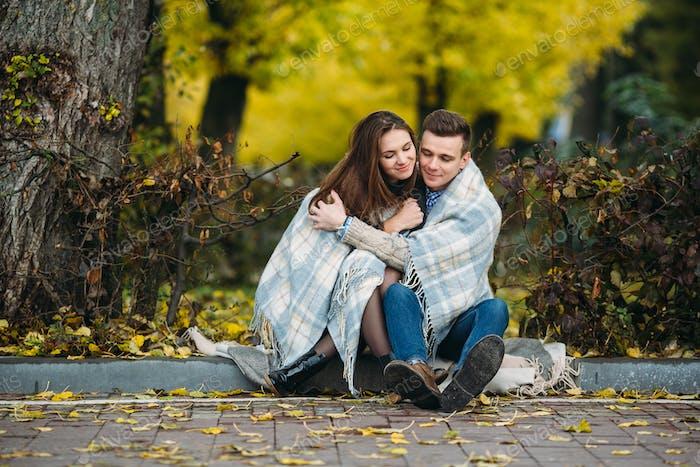 Молодая пара в парке в осенний сезон