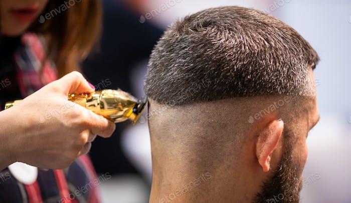 Парикмахерская женщина стрижка волос клиента до идеальной формы с помощью профессионального триммера, закрыть вид