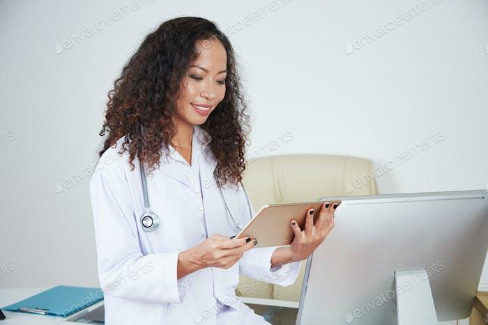 Allgemeinmediziner mit Tablet-Computer