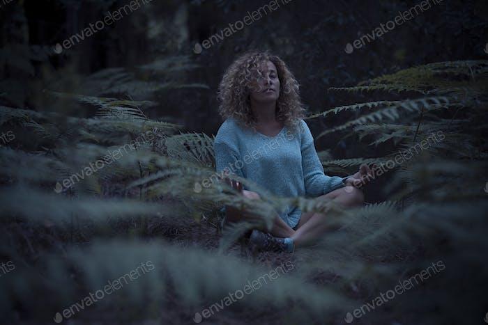 Entspannte Frau in Minduflness-Übungen oder Yoga-Meditation im Freien