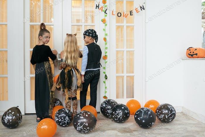 Kinder Trick-or-Behandlung auf Halloween