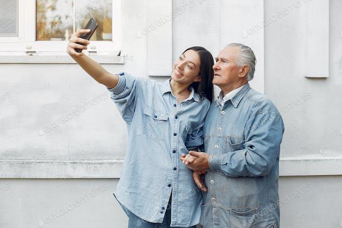 Mädchen lehren ihr Großvater, wie man ein Telefon benutzen