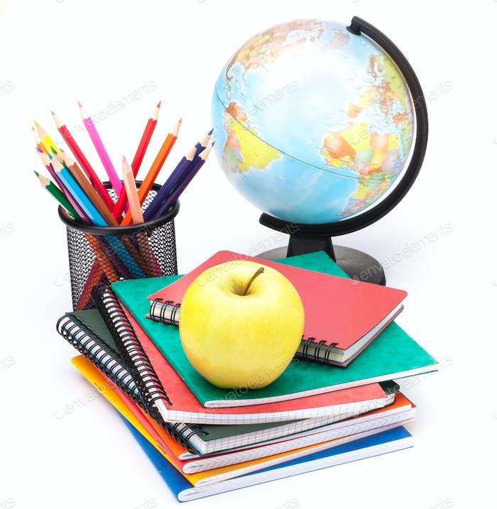 Globus, Notebook-Stack und Bleistifte. Zubehör für Schulkinder und Studenten.