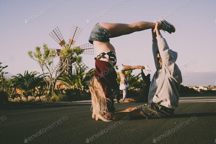 Пары делают йога цирк спортивная тренировочной деятельности