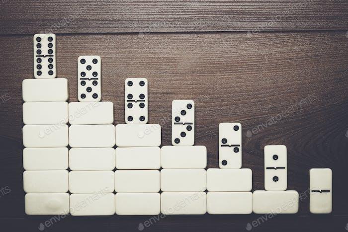 Arbeitsleiter Konzept Domino Stücke bilden Treppe