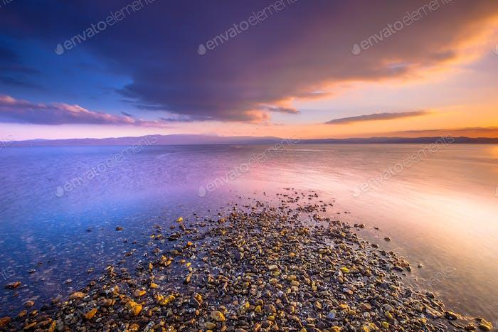 Vier Elemente Wasser Erde Luft und Feuer kombiniert in Sonnenaufgang