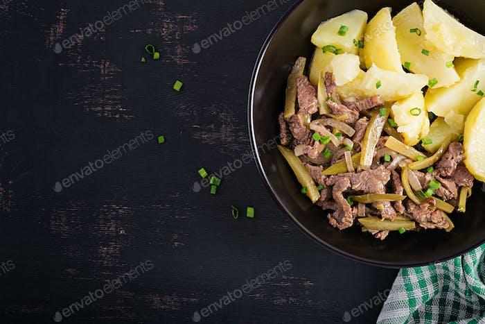 Eintopf Rindfleisch, Rindfleischstücke mit eingelegter Gurke im russischen Stil gedünstet.