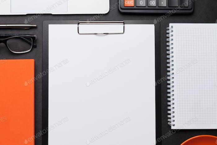 Büroarbeitstisch mit leerer Papierseite