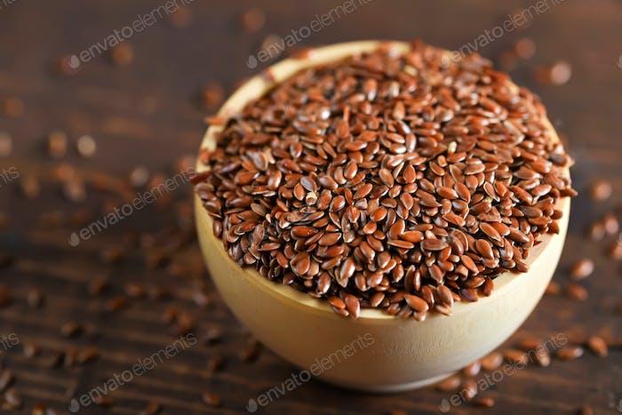 Leinsamen in Holzschale Bio-Lebensmittelkonzept