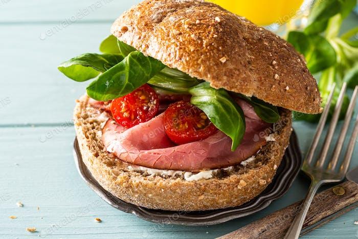 Sandwiche mit Rindfleisch und frischen Tomaten