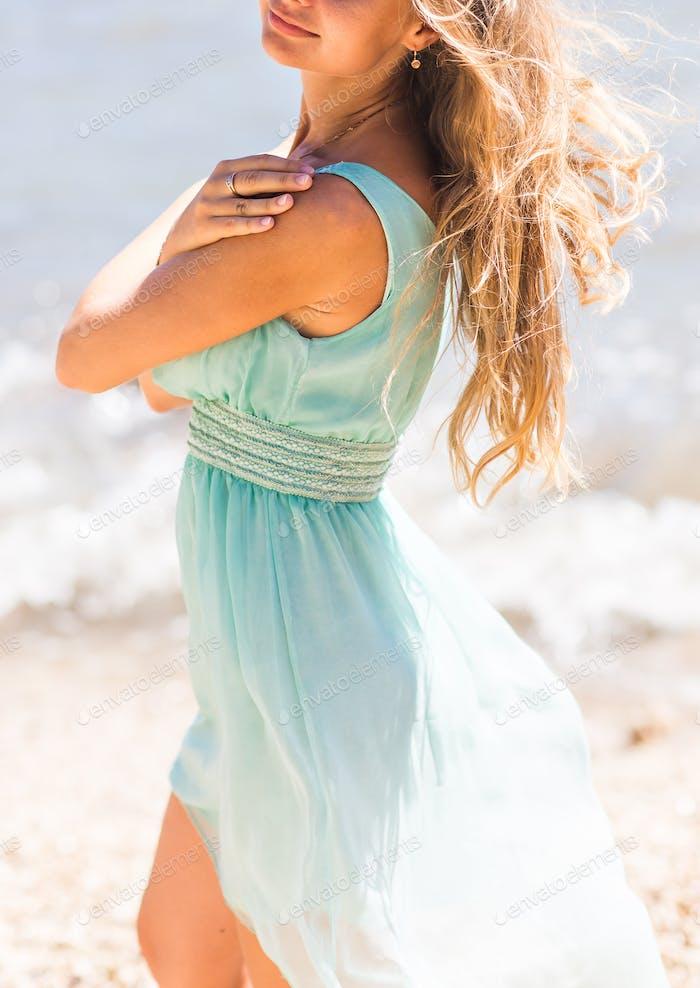 Schöne junge blonde Frau im Freien Porträt in der Nähe des Meeres oder Ozeans