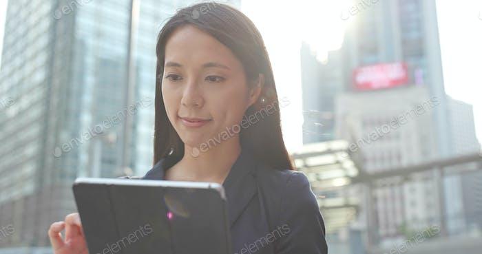 Asiatische Business-Frau Verwendung von digitalen Tablet-Computer im Freien