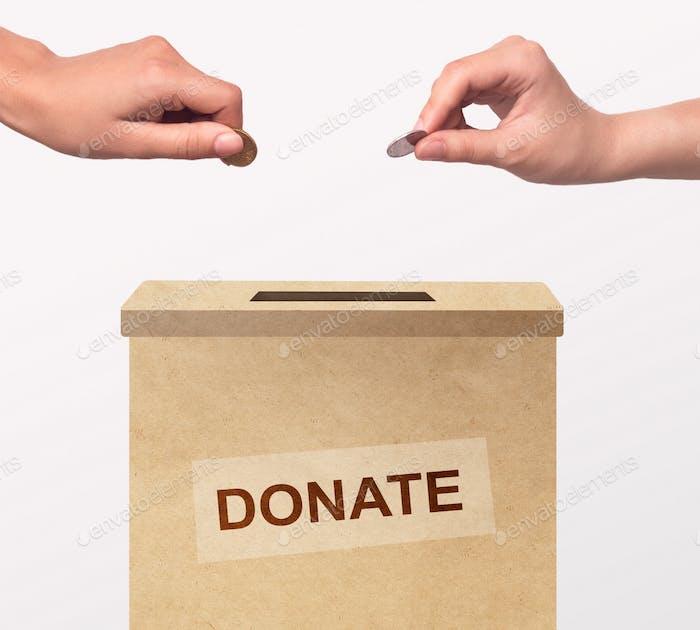 Freiwillige setzen Geld in Box, Spenden für Wohltätigkeitsorganisation auf weißem Hintergrund