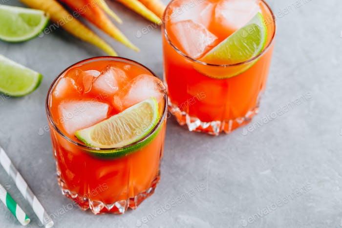Karotte Ingwer Margarita Cocktail mit Limette im Glas