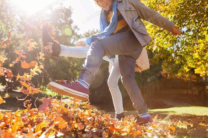 Freunde treten Herbstblätter