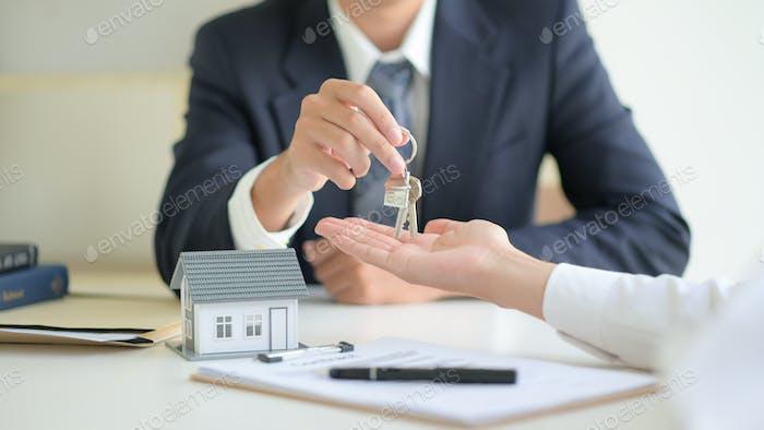 Immobilien-Konzept, Kunde Unterzeichnung Vertrag über Hauskreditvertrag.