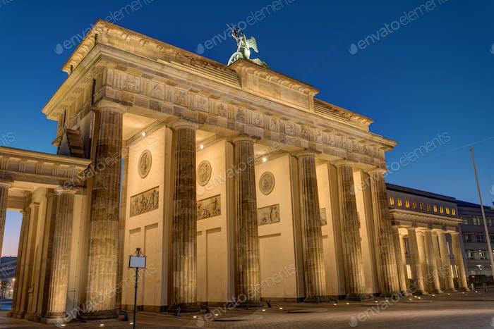 Die Rückseite des Brandenburger Ttors bei Nacht