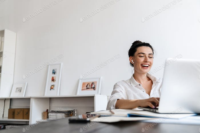 Glückliche junge Frau auf einem Video anruf