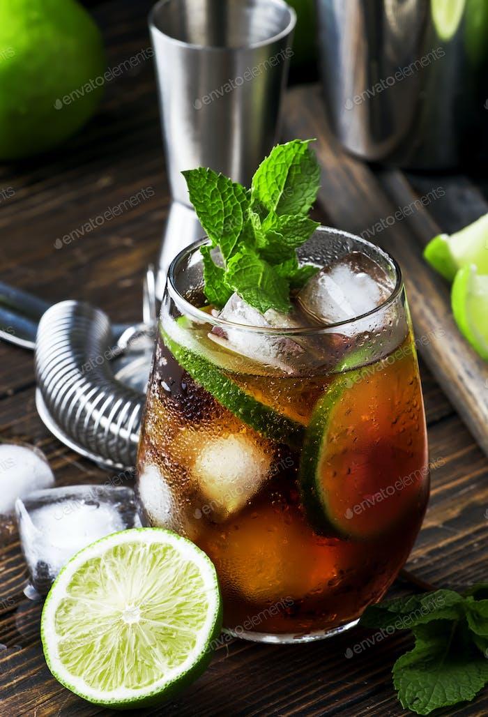Cuba Libre Alkohol Cocktail mit goldenem Rum, Zitronensaft, Cola, Limette