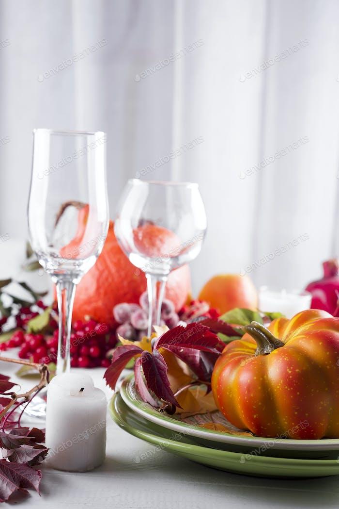 dekorierter Tisch mit Kürbis