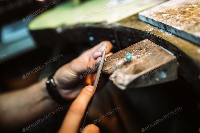 Juwelier arbeitet an Ring