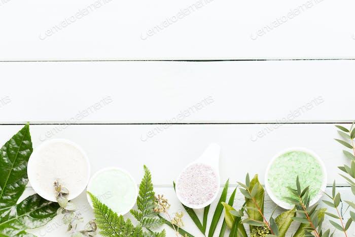 Beauty- und Modekonzept mit Spa auf pastellem rustikalem Holzhintergrund.