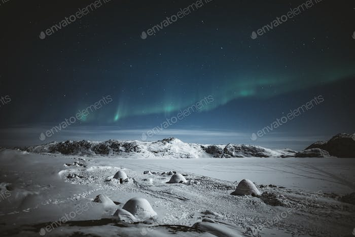 Nordlichter über verschneitem Grönland