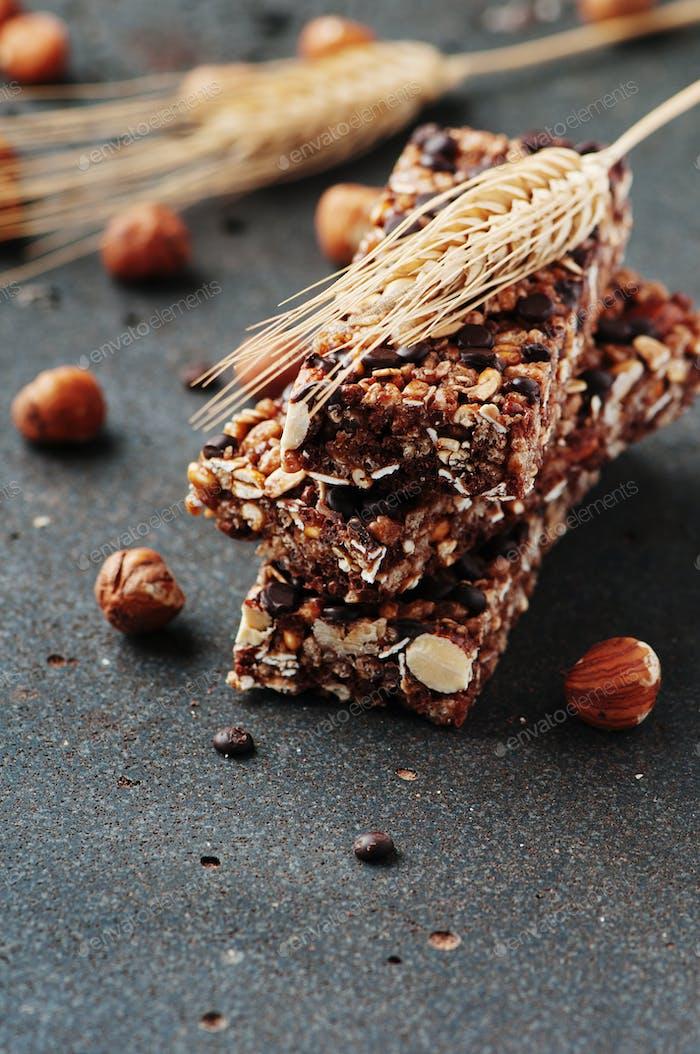 Müsliriegel mit Nüssen und Schokolade