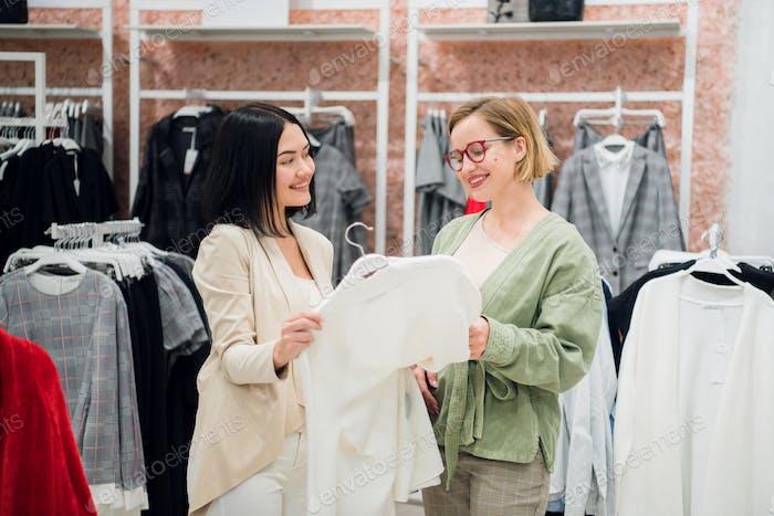 Консультант по моде, показывающий одежду клиенту