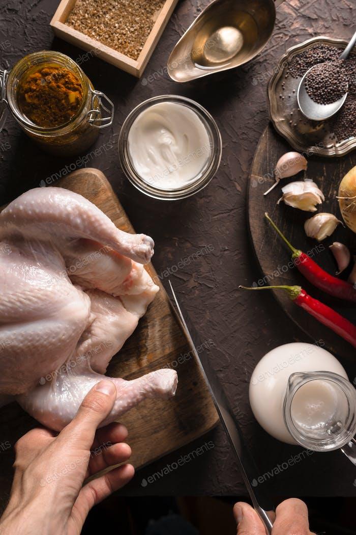 Ingredientes para cocinar curry de pollo en el primer plano de la mesa. Comida india