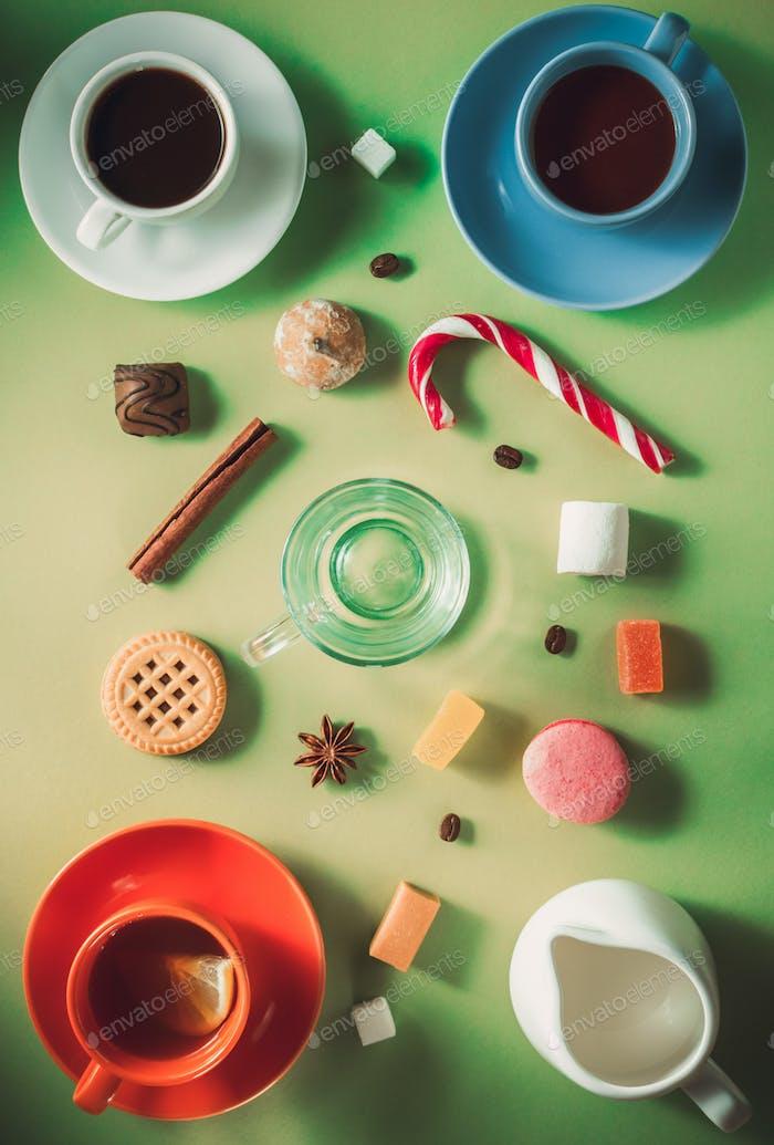 Tasse Kaffee, Tee und Kakao auf grünem Hintergrund