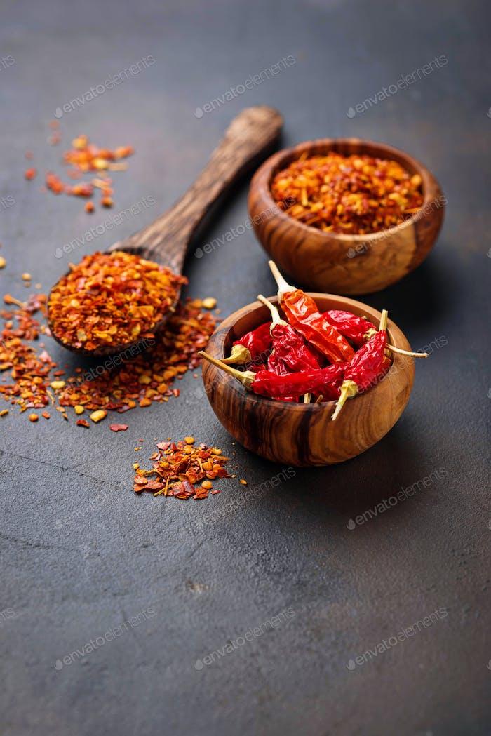 Rote scharfe Chilischoten auf rostigen Hintergrund