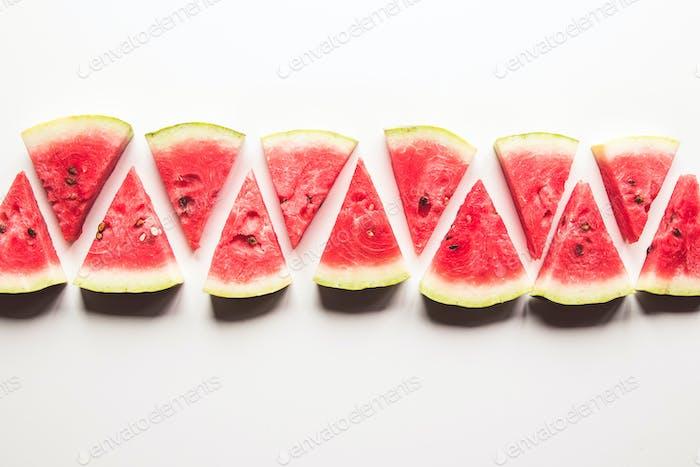 Scheibe reife und saftige Wassermelone, isoliert auf Weiß. Ansicht von oben
