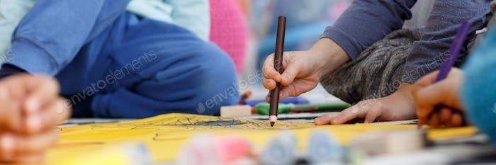 Niños con lápices de colores