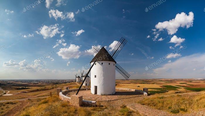 Molinos de viento al atardecer en Consuegra, Castilla-La Mancha, España