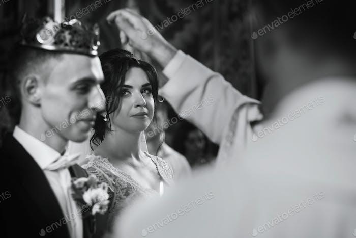 Emotionales Paar bei Hochzeitszeremonie in christlich-katholischen