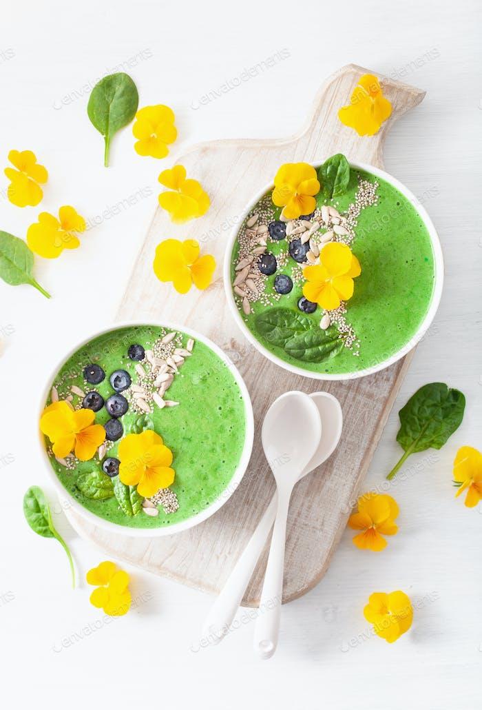 grüne Spinat-Smoothie-Schüssel mit Heidelbeere, Chiasamen und essbar