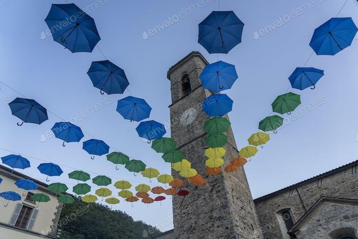 Paraguas coloridas en Bagno di Romagna, Italia