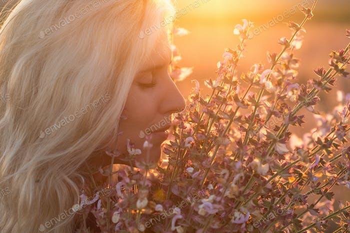 Hermoso paisaje y pareja enamorada de flores al atardecer.
