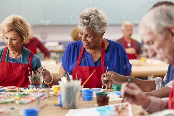 Rentnerin Senior Woman besuchen Kunstklasse im Community zentrum