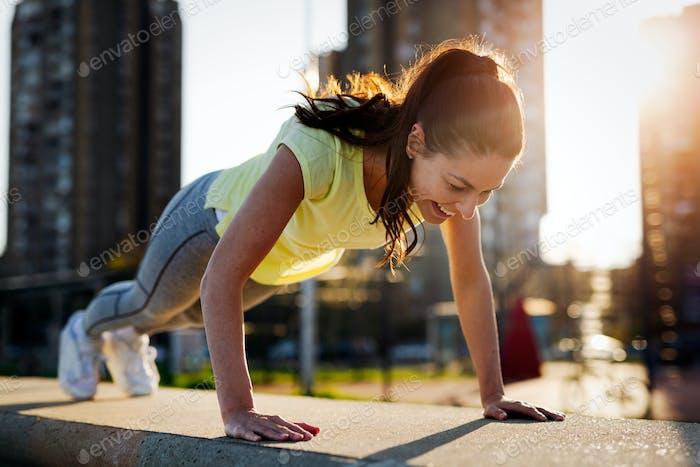 Junge Sportlerin Stretching und Vorbereitung zu laufen