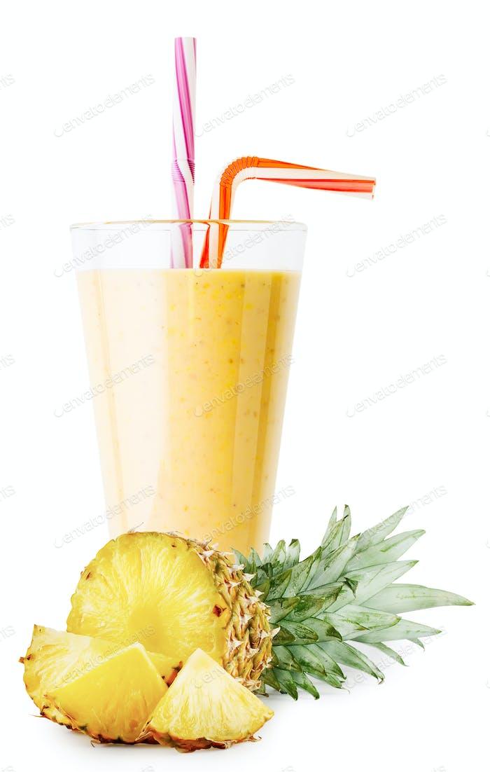 Ein Glas Ananas-Smoothie oder Joghurt mit geschnittener Ananas