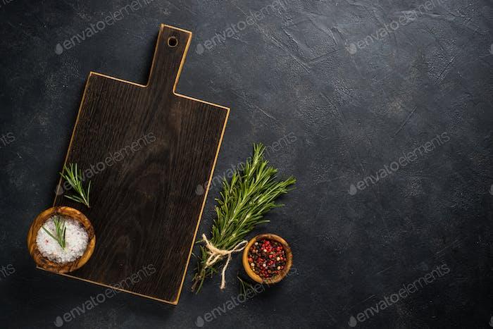 Essen Kochen Hintergrund mit Kräutern und Gewürzen auf schwarz