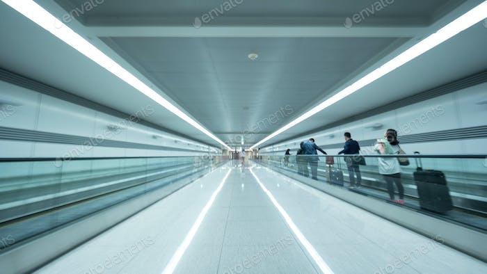Tunnel am Flughafen von Seoul mit Menschen auf der flachen Rolltreppe