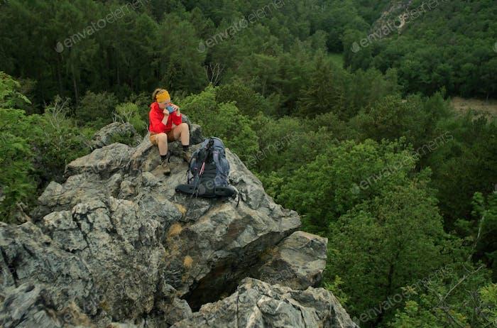 kaukasische Wanderer auf einem felsigen Gipfel