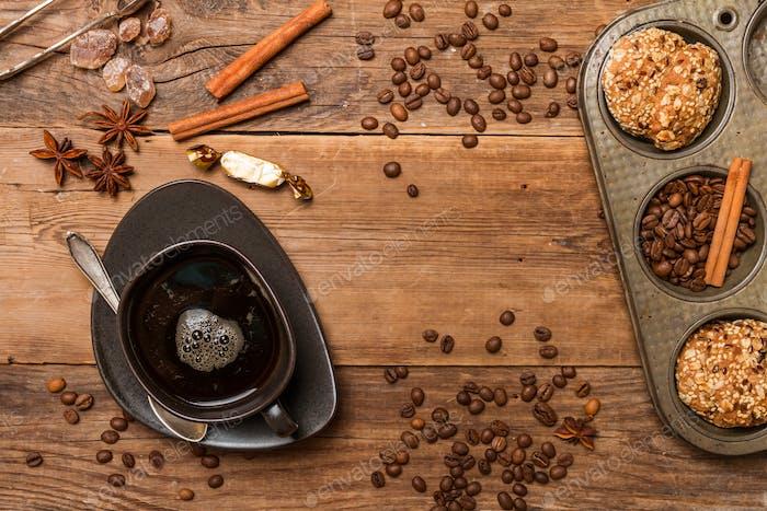 Espresso mit Kaffeebohnen und Gebäck