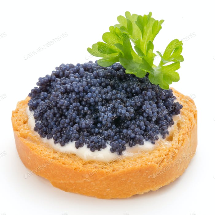 Canapes mit schwarzem Stör Kaviar und Petersilie. Isoliert auf dem weißen Hintergrund.