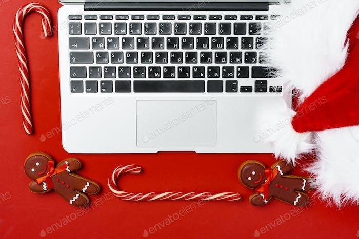 Weihnachtsschmuck und Computer-Laptop auf Papierhintergrund