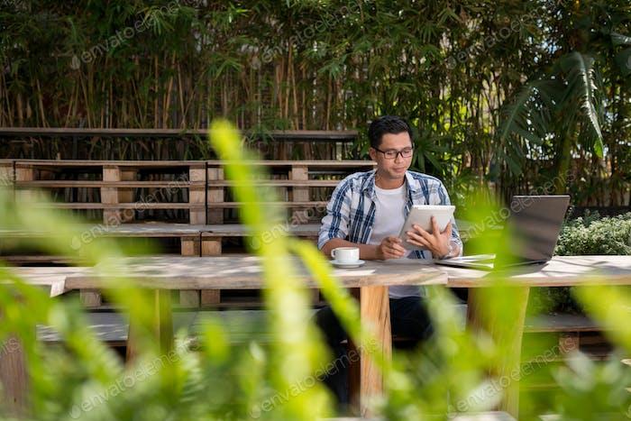 En el café al aire libre